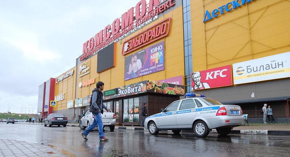 Автомобиль полиции у здания ТЦ Комсомолл в Иркутске, где произошел пожар