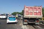 Тойота столкнулась с грузовиком на мосту на пересечении Рыскулова - Суюнбая