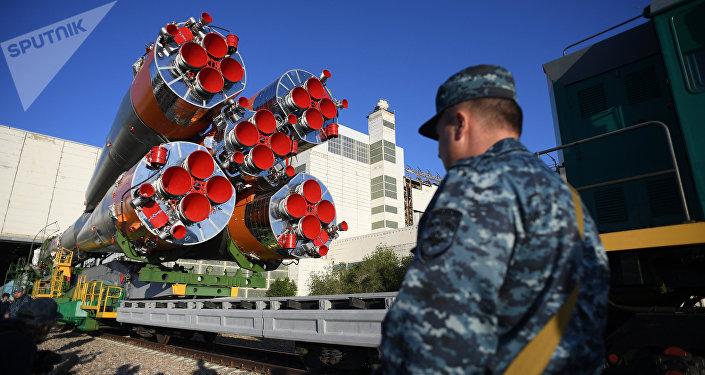 Вывоз ракеты-носителя Союз-ФГ на стартовую площадку космодрома Байконур