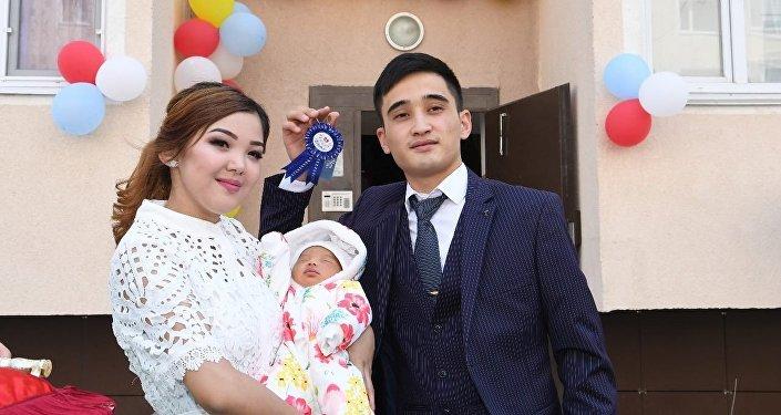 Семья Еламановых, в которой родилась девочка Айсулу - миллионная жительница Шымкента