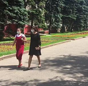 Алматинцы спасаются от менингита масками