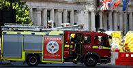 Пожарные рядом с загоревшейся гостиницей в центре Лондона