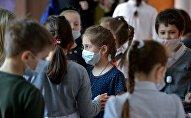 Школьники в медицинских масках, архивное фото
