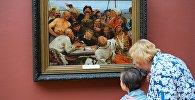 Посетители у картины Ильи Репина Запорожцы пишут письмо турецкому султану в зале художника в Третьяковской галерее