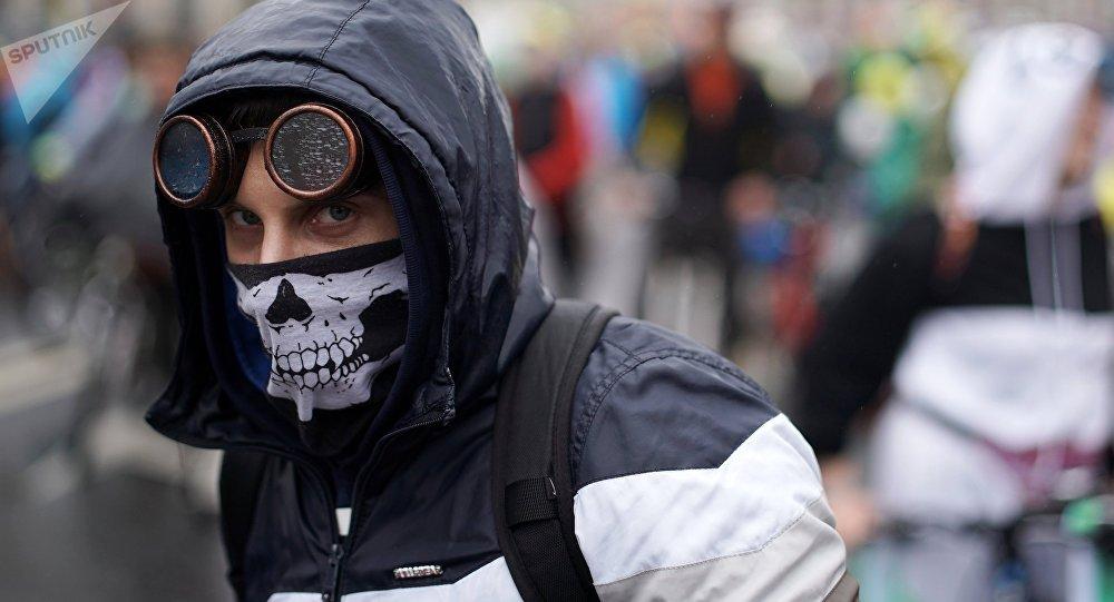 Мужчина в маске, архивное фото