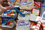 Контроль качества продукции в лаборатории завода Danone-Юнимилк, архивное фото