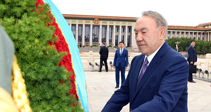Назарбаев Бейжіңде Халық батырлары ескерткішіне гүл қойды