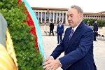 Президент Казахстана возложил цветы к памятнику народным героям на площади Таньаньмэнь