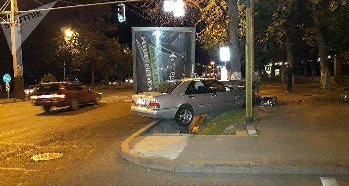 Алматыда билборд көлікке құлап, басып қалды