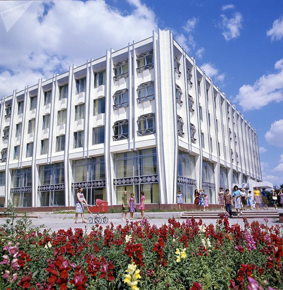Здание нового Дома быта в городе Целиноград – будущей столице Казахстана