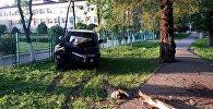 Девушка на Toyota Land Cruiser снесла несколько деревьев и врезалась в забор школы