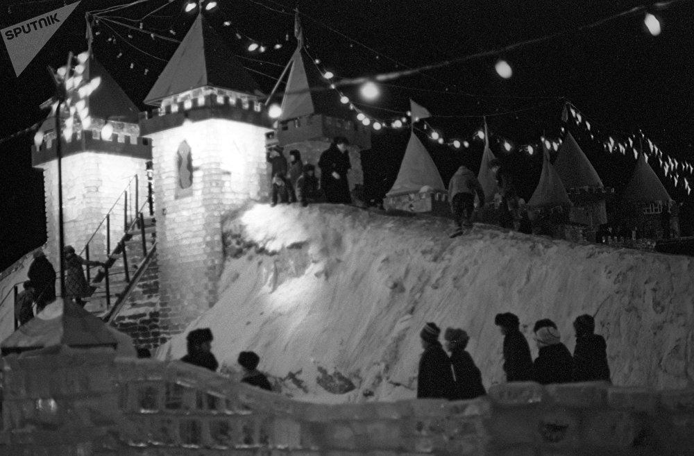 Маленькие жители Целинограда в Снежном городке, архивное фото