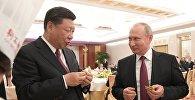 Президент РФ Владимир Путин и председатель КНР Си Цзиньпин на торжественном приеме в Тяньцзине