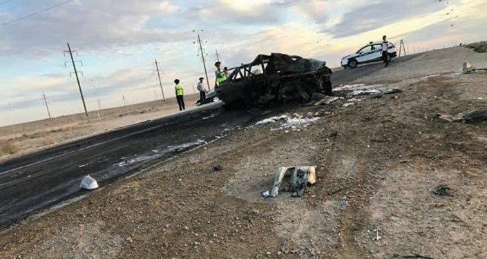 Автомобиль полностью сгорел на трассе близ Жанаозена