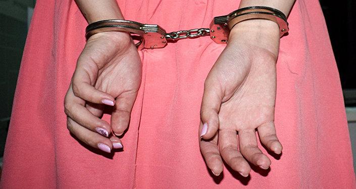 Девушка в наручниках, архивное фото