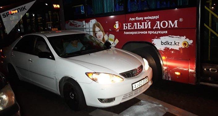 Столкновение автобуса и легковушки на Абая - Жарокова