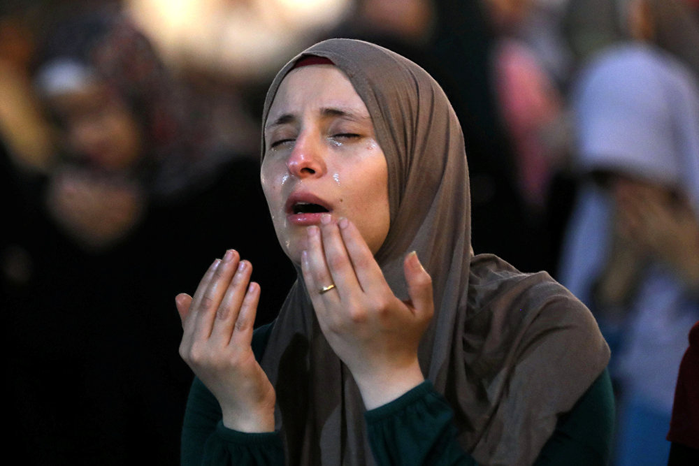 Женщина в вечерней молитве Лайлат аль-Кадр