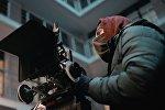Оператор в маске ведет съемку
