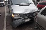 Микроавтобус устроил тройное ДТП на проспекте Раимбека