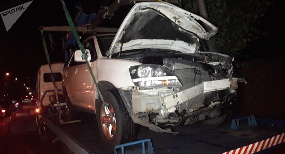 Mercedes Sprinter и Toyota Harrier столкнулись на пересечении улиц Шаляпина и Ашимова