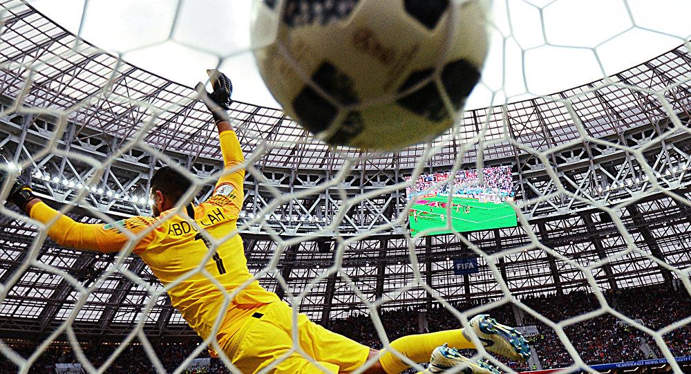 Вратарь Абдаллах Аль-Муаиуф (Саудовская Аравия) пропускает мяч в матче Россия - Саудовская Аравия
