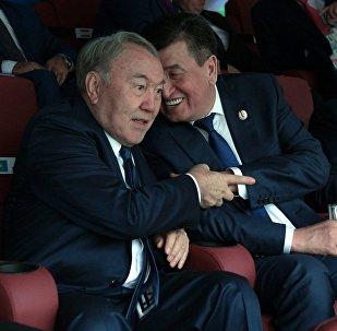 Нұрсұлтан Назарбаев (сол жақта) пен Сооронбай Жээнбеков