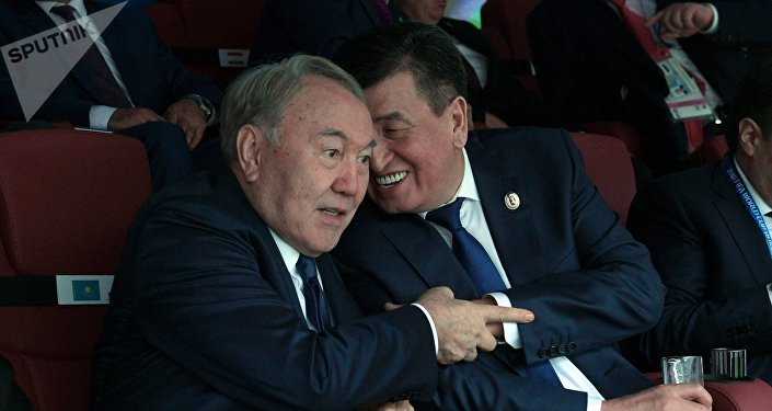 Президент Казахстана Нурсултан Назарбаев (слева) и президент Кыргызстана Сооронбай Жээнбеков на церемонии открытия чемпионата мира по футболу 2018