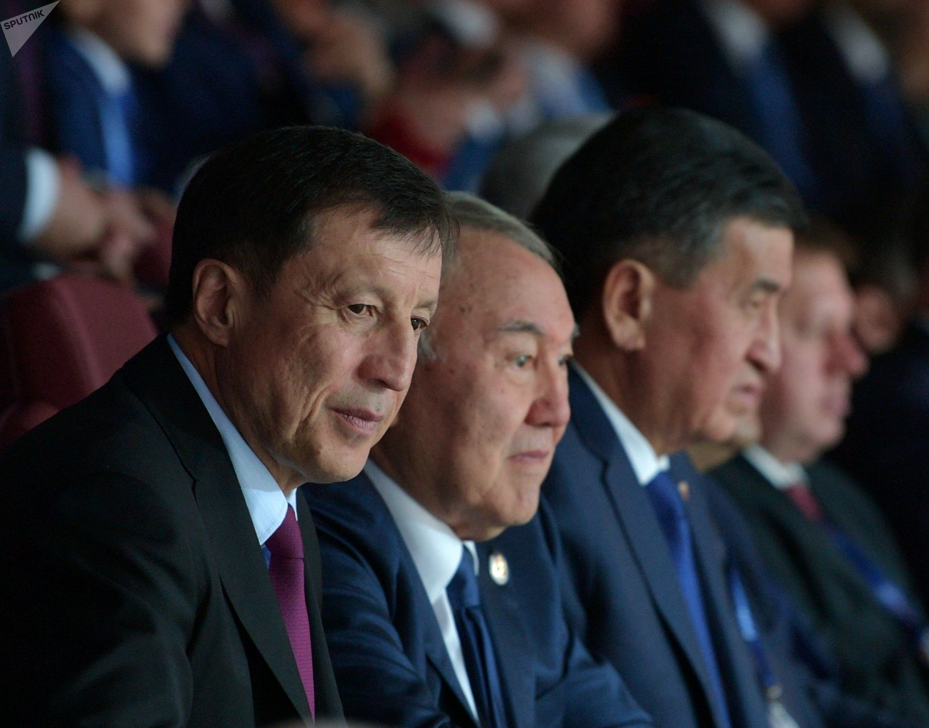 Руководитель администрации президента Казахстана Адильбек Джаксыбеков, президент Казахстана Нурсултан Назарбаев и президент Кыргызстана Сооронбай Жээнбеков