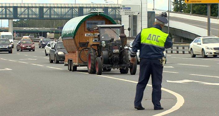 Германиялық зейнеткер Мәскеуге трактормен келді