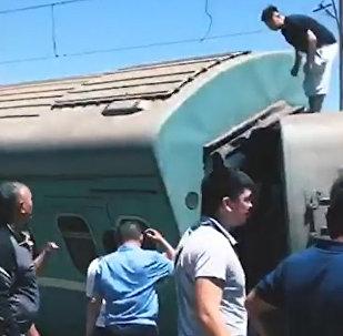 Пассажирский поезд сошел с рельсов в Казахстане. Съемка с места ЧП