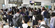 Пассажиры на станции в Киото, в западной Японии, после того как поезда были приостановлены из-за землетрясения
