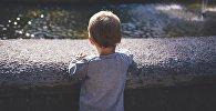 Мальчик у водоема