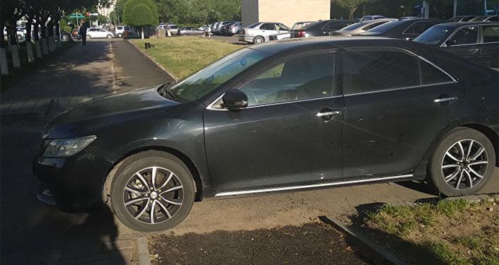 Автомобиль перекрыл велодорожку в Астане