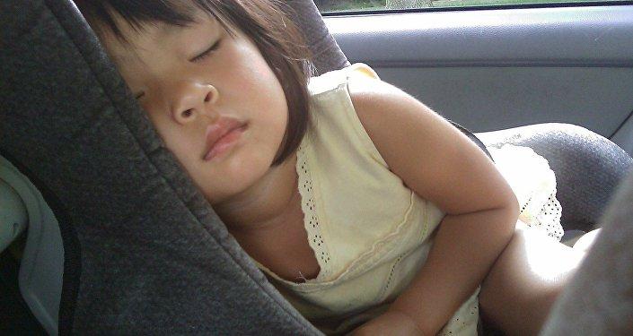 Ребенок спит в автомобиле, иллюстративное фото