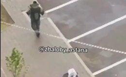 Полицейский проверяет забытый на улице чемодан в Астане