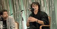 Лидер популярной рок-группы Кино Виктор Цой (справа) отвечает на вопросы на пресс-конференции, посвященной кинофестивалю популярных жанров Золотой Дюк