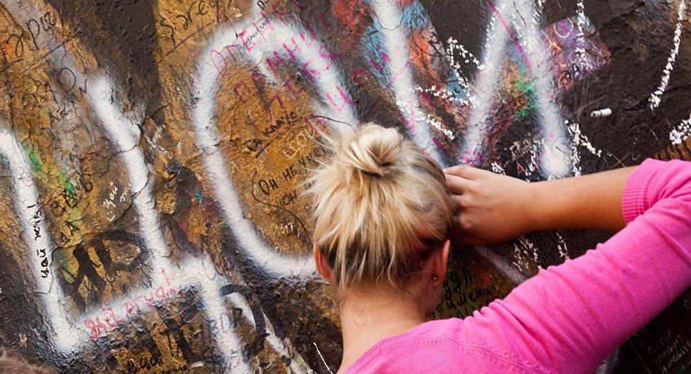 Поклонница Виктора Цоя у его стены на Арбате