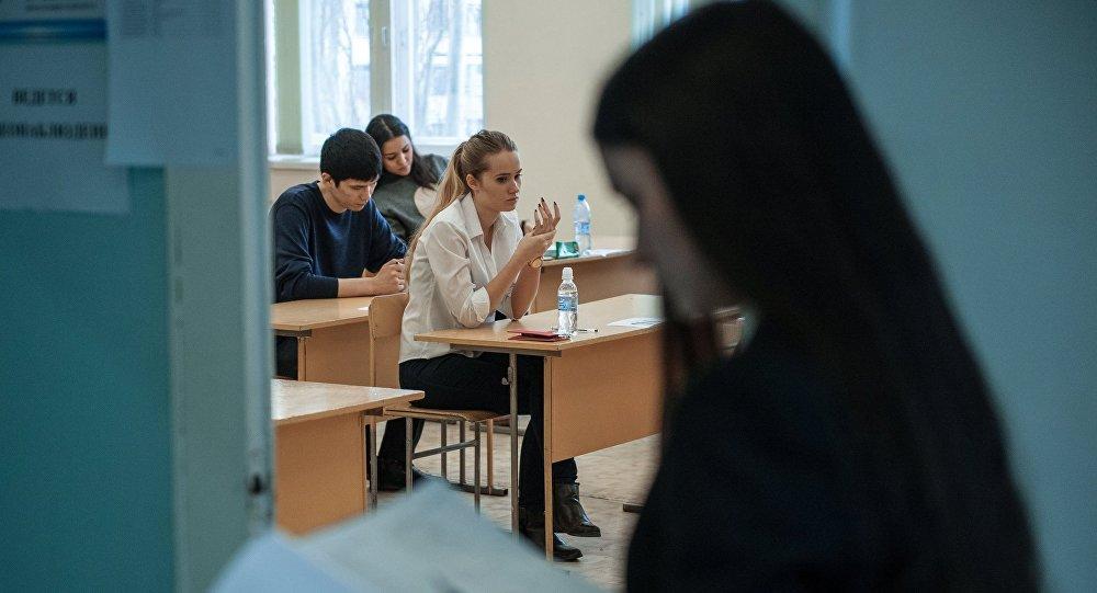 Архивное фото учащихся во время экзамена в школе