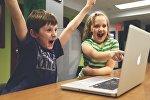 Дети смотрят в экран монитора компьютера, иллюстративное фото