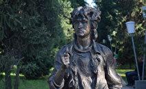 Памятник Виктору Цою установлен на улице Тулебаева в Алматы