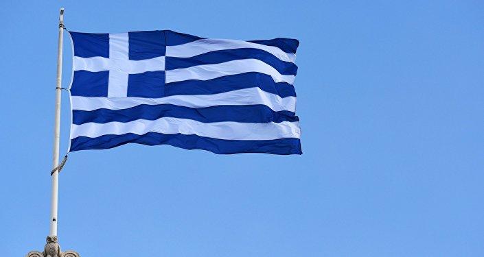 Государственный флаг Греции на здании Парламента в Афинах