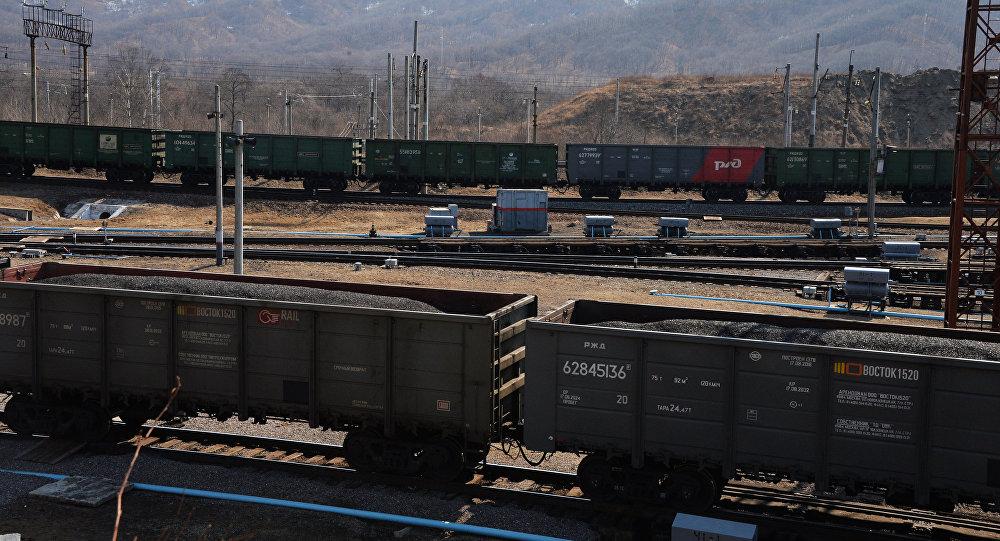 Грузовые поезда на железной дороге, архивное фото