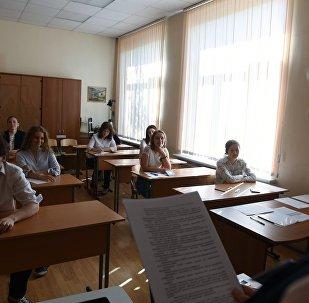 Ученики в классе перед началом экзамена, архивное фото