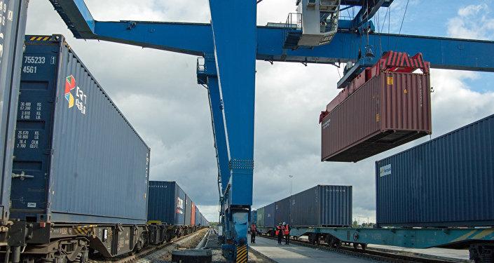 Перегрузка тысячного поезда из Китая в Европу на калининградской станции