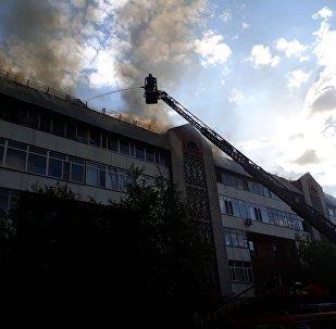 Пятиэтажка горит, жителей эвакуировали