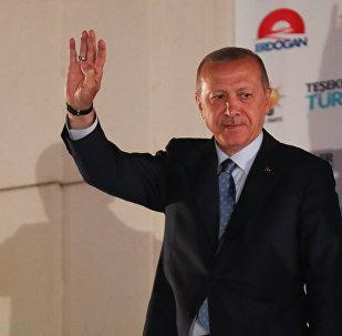 Президент Турции Тайип Эрдоган приветствует своих сторонников, собравшихся перед штаб-квартирой ПСР в Анкаре, Турция, 25 июня 2018 года