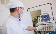 Операция по удалению злокачественной опухоли, архивное фото