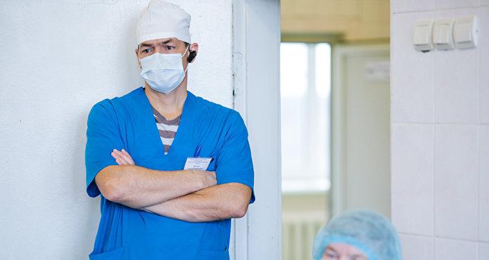 Хирурги на операции по удалению злокачественной опухоли, архивное фото
