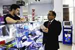 Рамазан Алимкулов выполнил обещание и купил iPhone выпускнице из Алматы