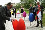 Концерн Шелл установил в центральном городском парке арт-объекты (дизайнерские кресла) в виде тюльпанов, под названием TULPI